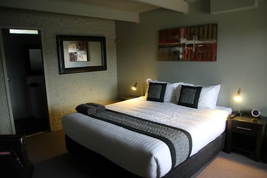 Orbost Motel : 1 bed suite bedroom