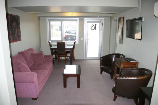 Orbost Motel: 1 bed suite sitting room