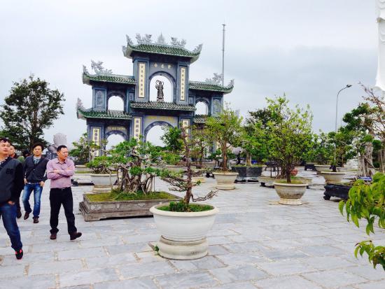 Da Nang, Vietnam: 海岸沿いの道路から上がった所にある門