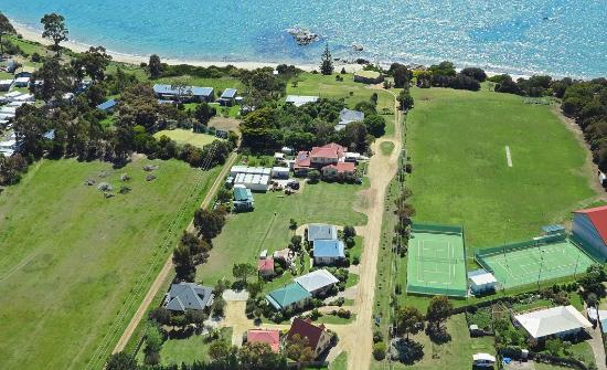 Swansea Cottages & Sherbourne Lodge: Adjacent the beach and tennis courts
