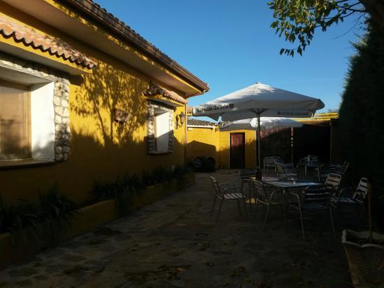 Hontoba, España: Restaurante con terraza en Guadalajara El Cordobés