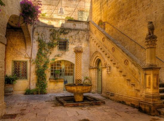 Casa Museo Palazzo Falson: Palazzo Falson Courtyard