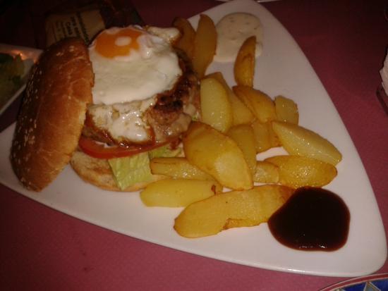 Casa de vinos y pintxos Malvasia: La hamburguesa Malvasia esta espectacular..