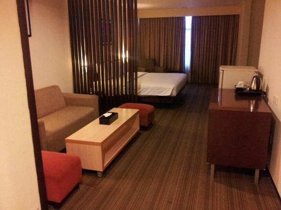 Horison Ultima Makassar Hotel: living room / bed room