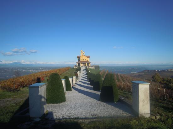 Bastia Mondovi, Italia: Sacrario dei Partigiani con il nostro vigneto panoramico