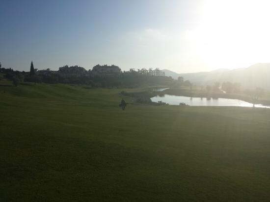 Alhaurín Golf Club: Hole 18 at sun down