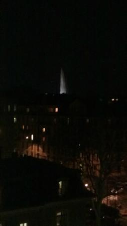 """Drake Longchamp: Vista noturna do quarto do hotel com o """"Jet d'Eau"""""""