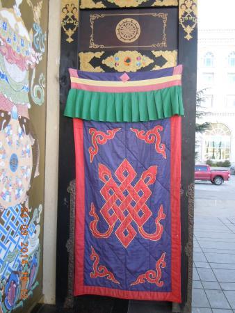 Brahmaputra Grand Hotelhmcc Dia: De ingang, afgeschermd voor de koude