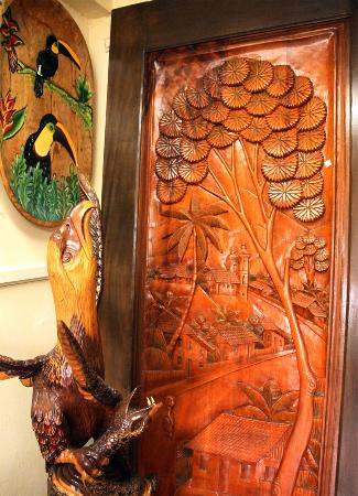 Volcan, Panama/Panamá: Puertas talladas en madera a mano | Wood carved door made by hand