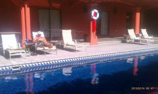 Courtyard by Marriott San Jose Escazu: Relaxing clean pool, great morning sunlight.