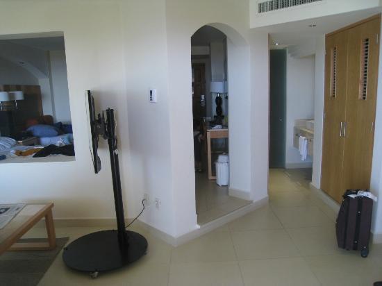 Park Royal Huatulco: baño, closet, sala, camas