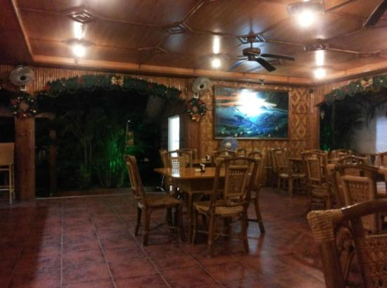 CouCou Bar & Restaurant: Nice ambiance of an island restaurant right at downtown Sta Fe.
