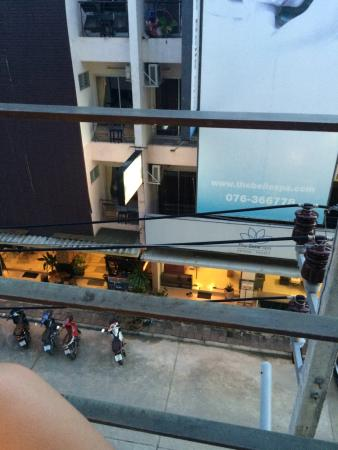 Baramee Hip Hotel: Вид с балкона на улицу