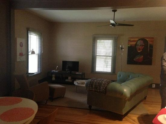 The Nash: Cozy and well decorated living/dining area