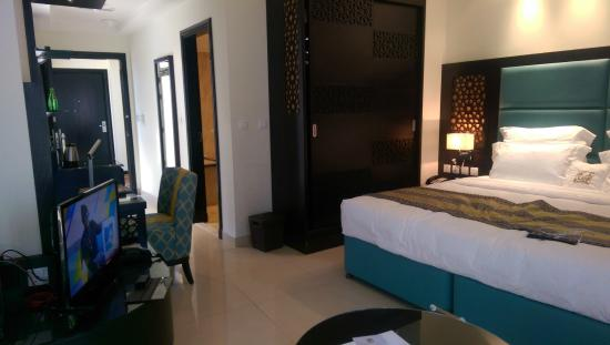Bahi Ajman Palace Hotel: small bedroom for a 5 star hotel, and no carpet !!!