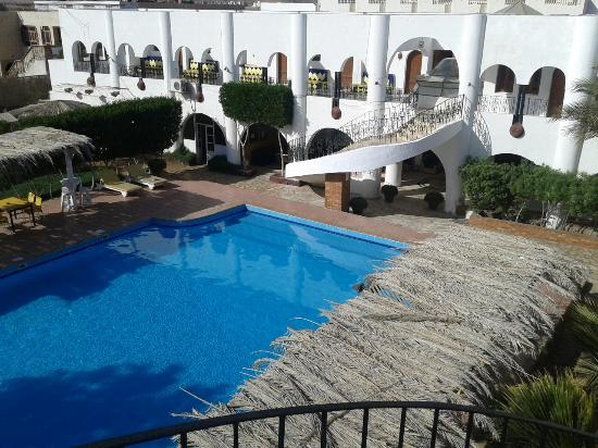 Yasmina Hotel: Pool from second floor