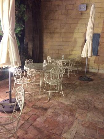 Arcadia Ba'Moshava Jerusalem: The garden at the hotel's entrance