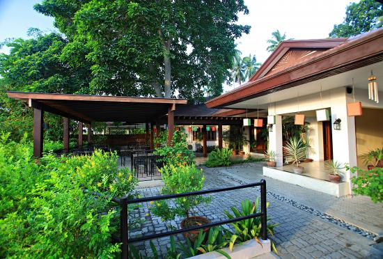 Hotel Tropika Davao: Front patio & al fresco dining area