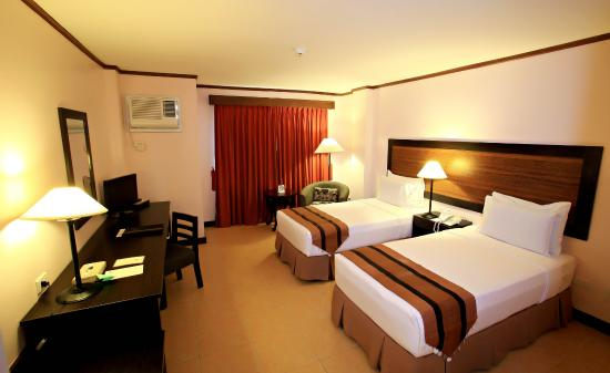 Hotel Tropika Davao: Room with twin beds