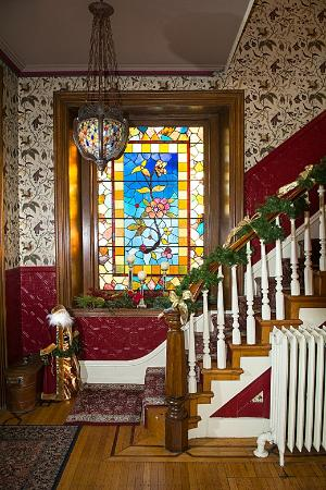 Cornerstone Bed & Breakfast : Staircase stained glass window