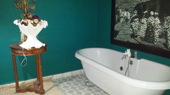 Foutour & Sarir Riad: vasca in camera