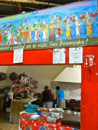 El Tacoqueto: 壁はユカタン半島に由来のあるもので埋め尽くされている