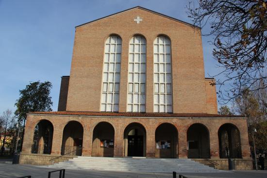 Villa Adele Hotel: Igreja em frente à praça que é ponto de referência para encontrar o hotel (rua à direita).