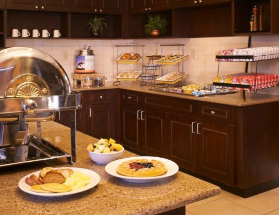 Residence Inn Pinehurst Southern Pines: Complimentary Hot Breakfast Buffet Served Daily