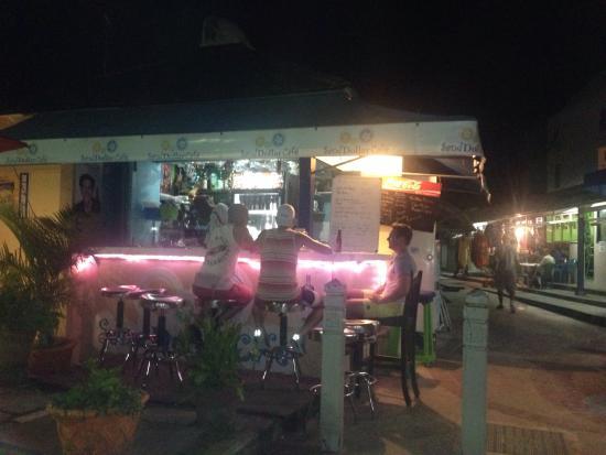Sand Dollar Cafe: Chillin at the bar