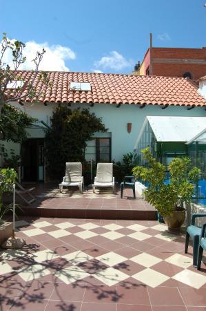 Casa Verde B&B: Jardín, área de descanso, al fondo entrada al sector de las habitaciones