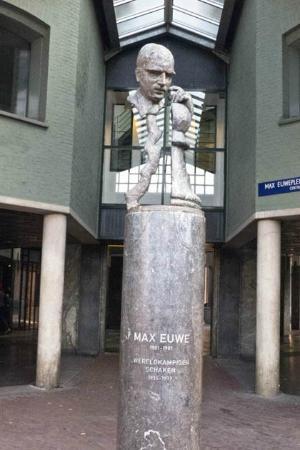 Max Euwe Centrum : the statue of Max Eeuw