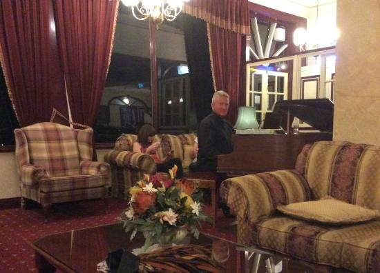 Hotel Mountain Heritage - Blue Mountains: Relaxing in the hotel's bar and lounge