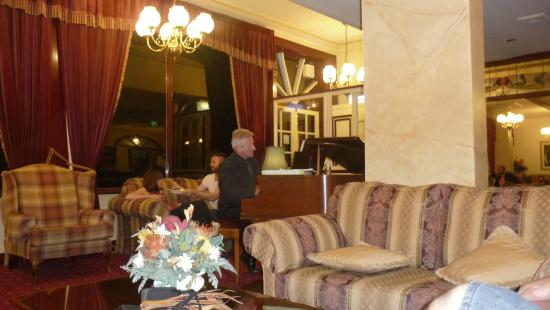 Hotel Mountain Heritage - Blue Mountains: Relaxing with a pianist in the hotel's bar and lounge after dinner