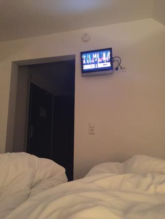 Hotel Helvetia: Kleinste tv wo es gibt....frechheit!!