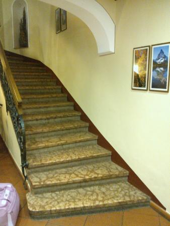 Hotel Feichter : La rampa di scale all'ingresso dell'Hotel non servita dall'ascensore