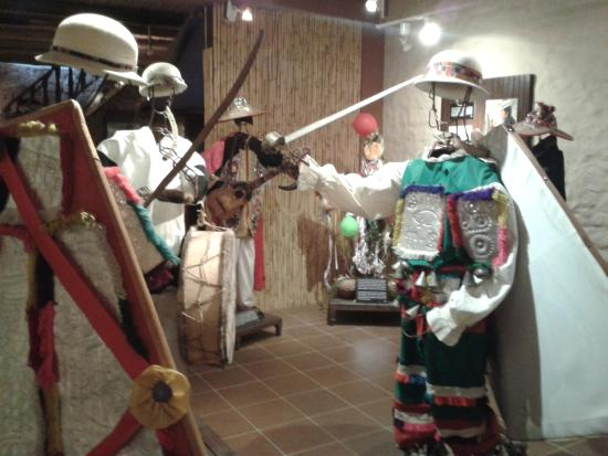Museum of Indigenous Art ASUR : Maniquíes con muestra de antiguas vestimentas indígenas. Museo de Arte Indígena, Sucre