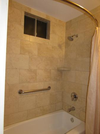 Best Western Plus Stovall's Inn : Shower