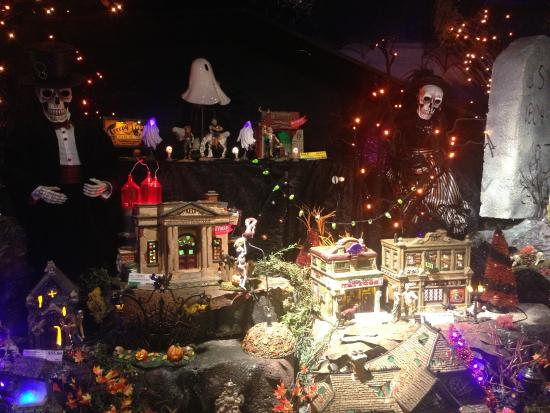 Christmas Decorations In Pigeon Forge Tn : Inside picture of christmas place pigeon forge