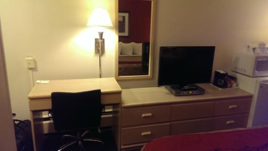 Travelodge Nanaimo: Desk and tv
