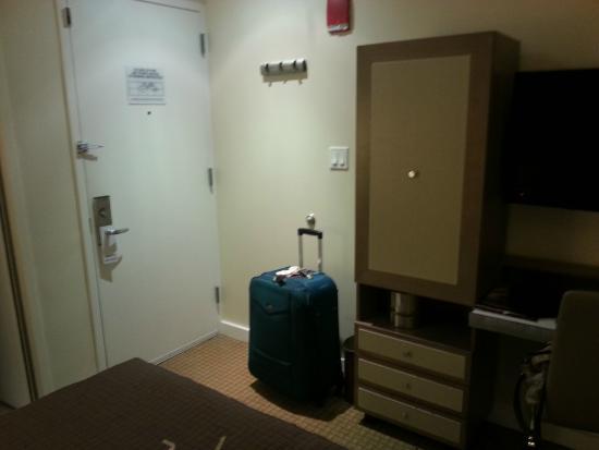 Carvi Hotel New York: Vista da porta do quarto