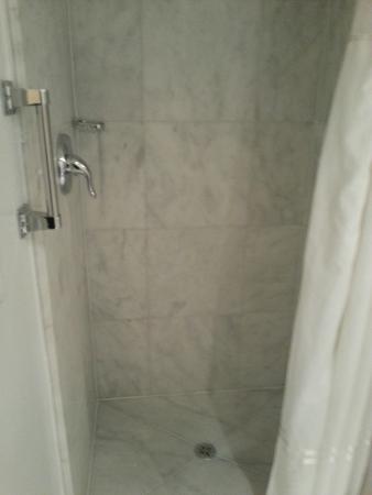 Carvi Hotel New York : Banheiro limpo