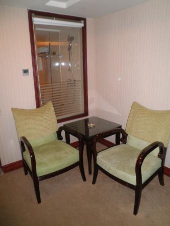 Vienna Hotel Shenzhen Theater : 椅子とテーブル