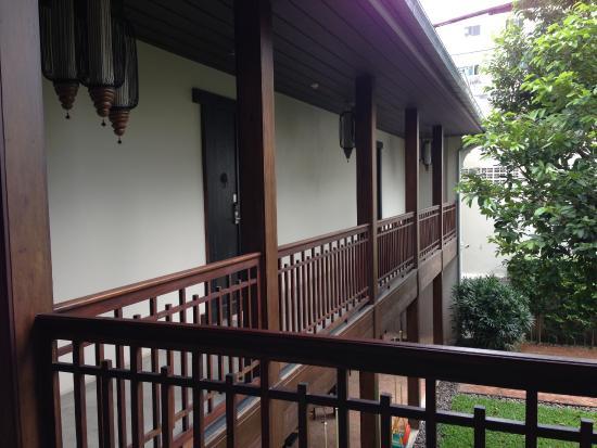 Villa Phra Sumen Bangkok: Walkway to our room