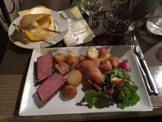 Le Grillardin : Camembert au lait cru sous la braise et saucisse de Morteau