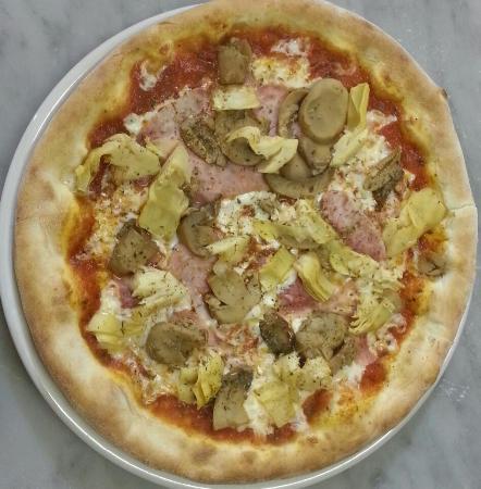 Anatolia Kebap da Hasan: Pizza quattro stagioni
