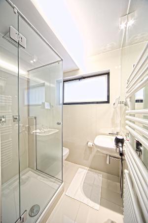 Hotel Neufchatel: Bathroom with Rain Shower