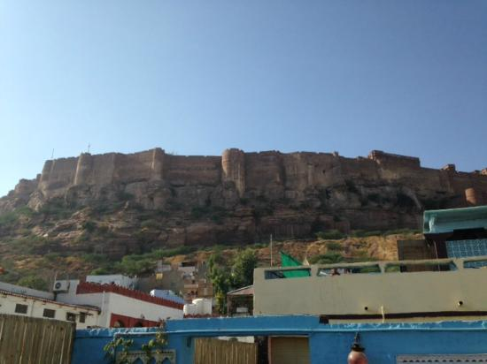 King's Retreat Jodhpur: View of the fort from the roof deck