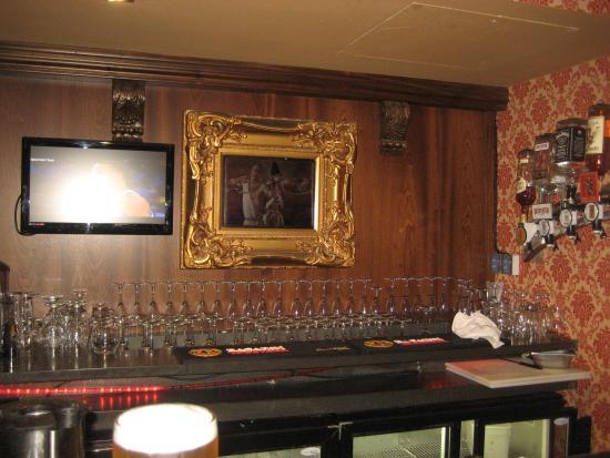 The Washington bar & restaurant : Corner of bar
