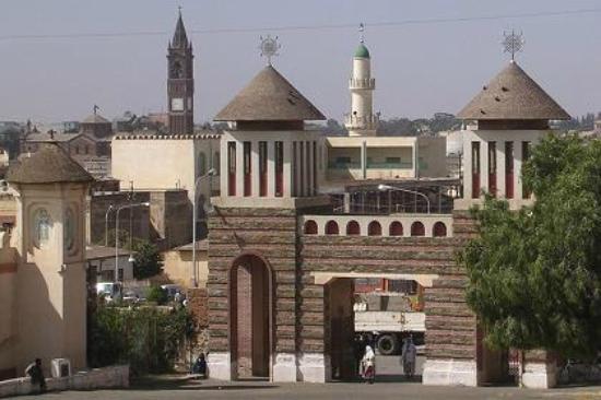 แอสมารา, เอริเทรีย: Enda Mariam and bell tower of Catholic Cattedrale and minaret of Great Mosque