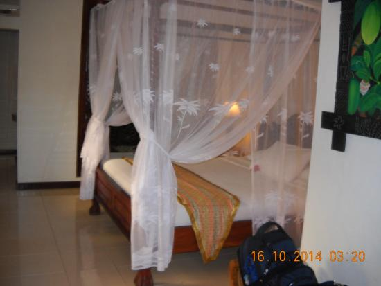 Sahadewa Resort & Spa: bed with baldachin